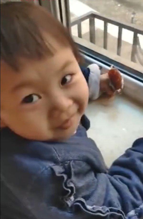 3岁女儿每天准时靠窗发呆,严父走近发现哭笑不得