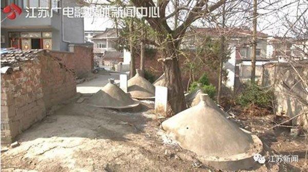 每次出门都很不舒服,住户被19座坟墓包围