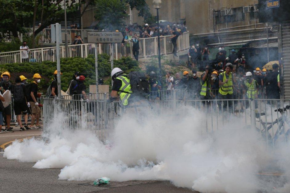 元朗示威者抛转,防暴警察发射催泪弹