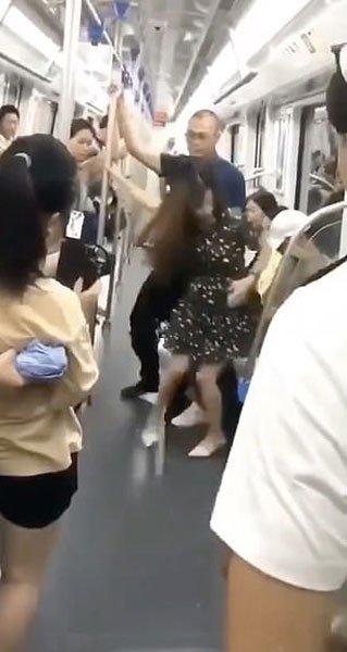 女子列车被偷拍裙底风光,中年让座英雄救美