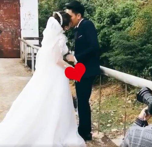 忘了正在拍婚照,新娘玉手摸香蕉