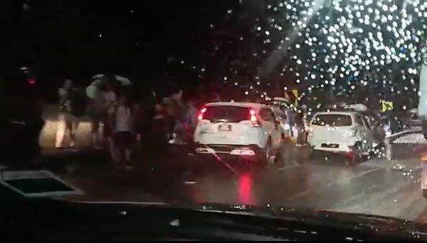 疑路上油渍雨天路滑,11车连环撞,3人伤