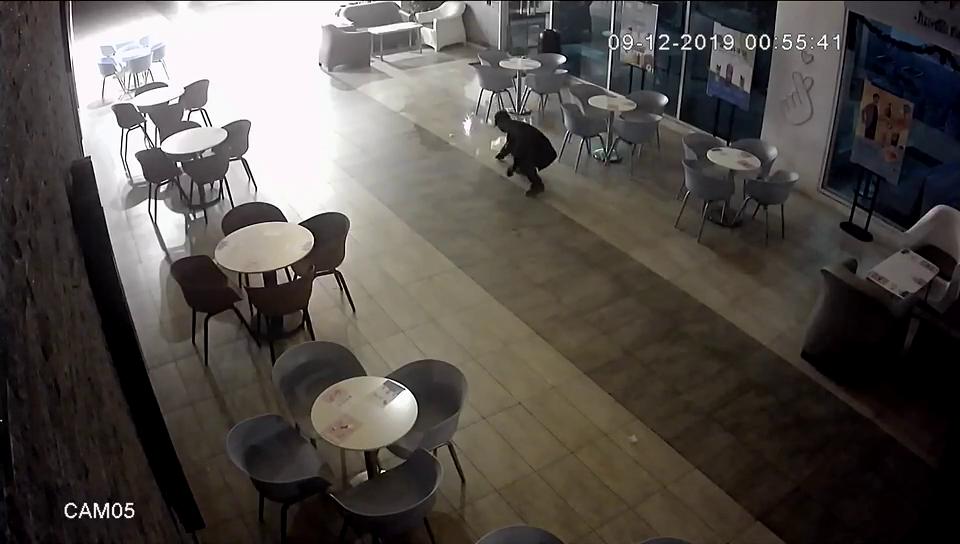3蒙面人火烧打烊店铺,桌椅大门遭烧毁